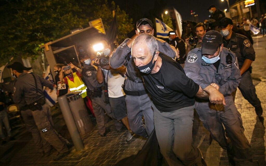 אבי קדיש מובל למעצר בירושלים, ב-22 באוגוסט 2020 (צילום: אוליבייה פיטוסי/פלאש90)