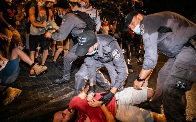 שוטרים מפנים מפגין, שמוחה נגד ראש הממשלה בירושלים, 22 באוגוסט 2020 (צילום: אוליבייה פיטוסי, פלאש 90)