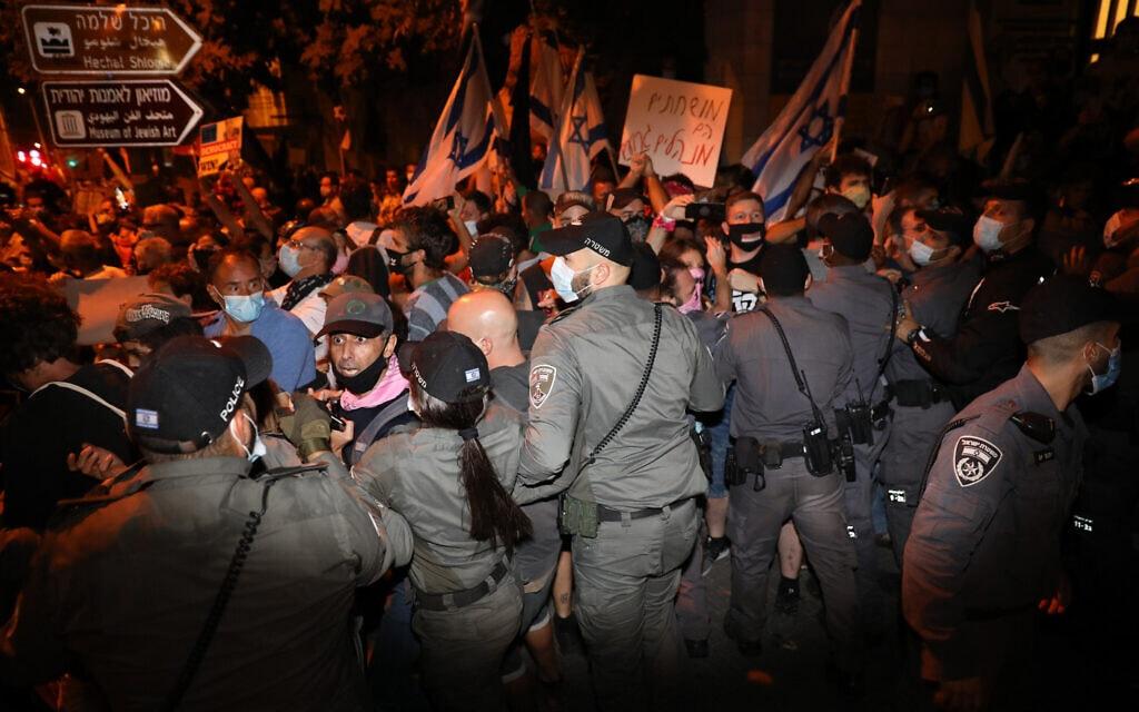 שוטרים עוצרים מפגינים בבלפור, 22 באוגוסט 2020 (צילום: אוליבייה פיטוסי/פלאש90)