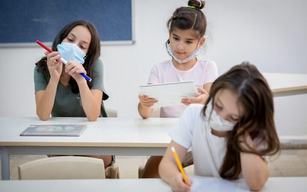 אילוסטרציה, ילדות ישראליות נערכות לחזרה ללימודים, למצולמות אין קשר לנאמר (צילום: Chen Leopold/FLASH90)