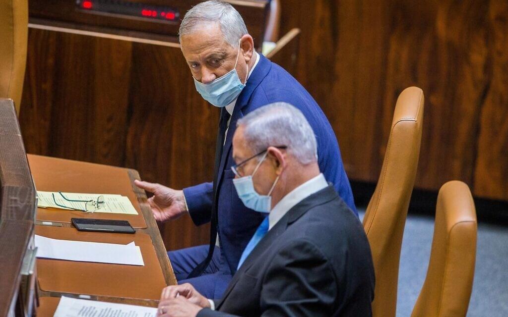 בנימין נתניהו ובני גנץ במליאת הכנסת בעת ההצבעה על דחיית מועד התקציב, ב-24 באוגוסט 2020 (צילום: Oren Ben Hakoon/POOL)