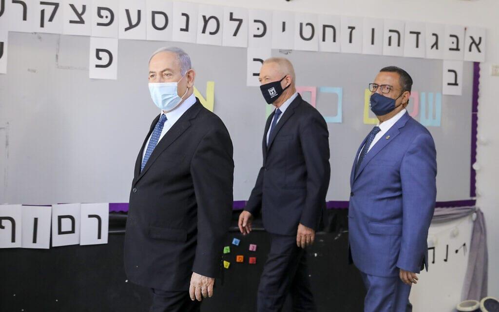 ראש העיר משה ליאון, יואב גלנט ובנימין נתניהו מבקרים בבית ספר בירושלים, אוגוסט 2020 (צילום: Marc Israel Sellem/POOL)