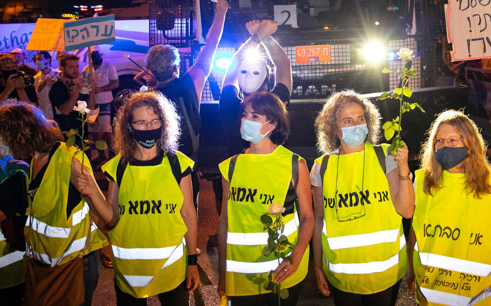 נשים לבושות אפודים צהובים בהפגנה נגד ראש הממשלה. אוגוסט 2020 (צילום: Olivier Fitoussi/Flash90)
