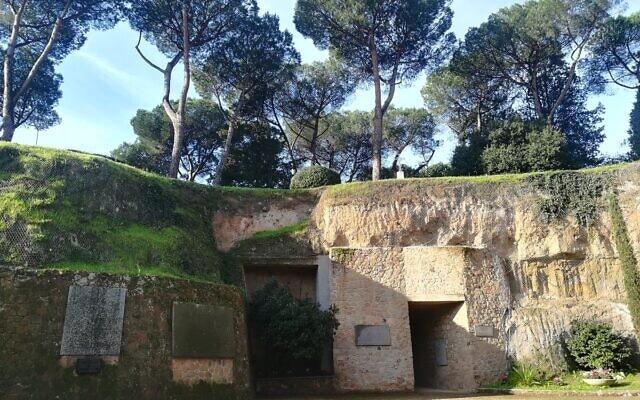 335 אנשים נרצחו על ידי הנאצים במחצבות שלא בשימוש בטבח בפוסה ארדיאטינה ב-1944 (צילום: משרד ההגנה האיטלקי)