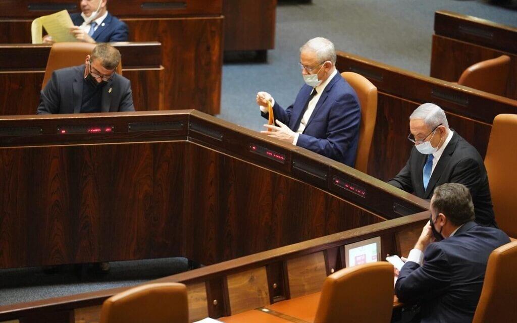 בנימין נתניהו ובני גנץ במליאת הכנסת בעת ההצבעה על דחיית מועד התקציב, ב-24 באוגוסט 2020 (צילום: יהונתן סמייה, דוברות הכנסת)