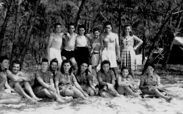 משפחת קאיו בבל מאר, עם קבוצה של עצורים יהודים (צילום: באדיבות Lorraine Lagesse)
