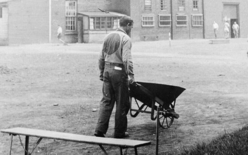 תמונה של אסיר במדי המחנה, שצולמה על ידי האסיר מרסל זיידלר במחנה N בשרברוק, קוויבק, בסביבות 1942-1940. זיידלר תיעד בסתר את חיי המחנה באמצעות מצלמת חור סיכה שהכין בעצמו (צילום: מרסל זיידלר/באדיבות אריק קוך/הספרייה והארכיון הלאומי של קנדה)