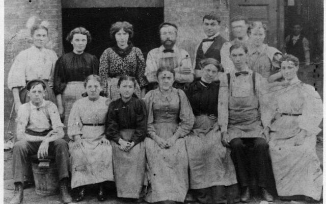 רוז בת ה-15, שלישית משמאל בשורה האחורית, עם עמיתים ממפעל הסיגרים (צילום: Courtesy)