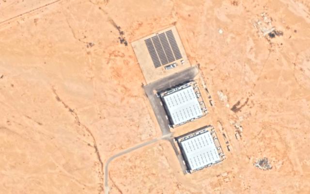 """שני מבנים ליד מכון המחקר """"הכפר הסולארי"""" של סעודיה, שעל פי אנליסטים ייתכן שהם מתקנים גרעיניים (צילום: צילום מסך מגוגל ארת')"""
