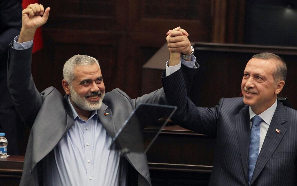 מנהיג חמאס אסמאעיל הנייה (משמאל) וראש ממשלת טורקיה רג'פ טאיפ ארדואן באנקרה, טורקיה, 3 בינואר 2012 (צילום: AP Photo, file)