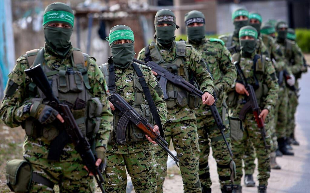 חברי גדודי עז א-דין אל-קסאם, הזרוע הצבאית של חמאס, בסיור ברפיח. 27 באפריל, 2020 (צילום: עבד רחים חטיב/ פלאש 90)