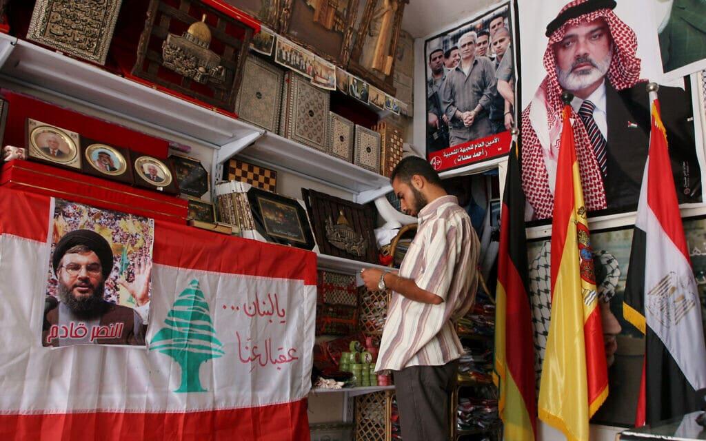 פוסטרים של חסן נסראללה מנהיג חזבאללה בלבנון ודגלי לבנון ופלסטין בחנות בעזה (צילום: Wissam Nassar, פלאש90)