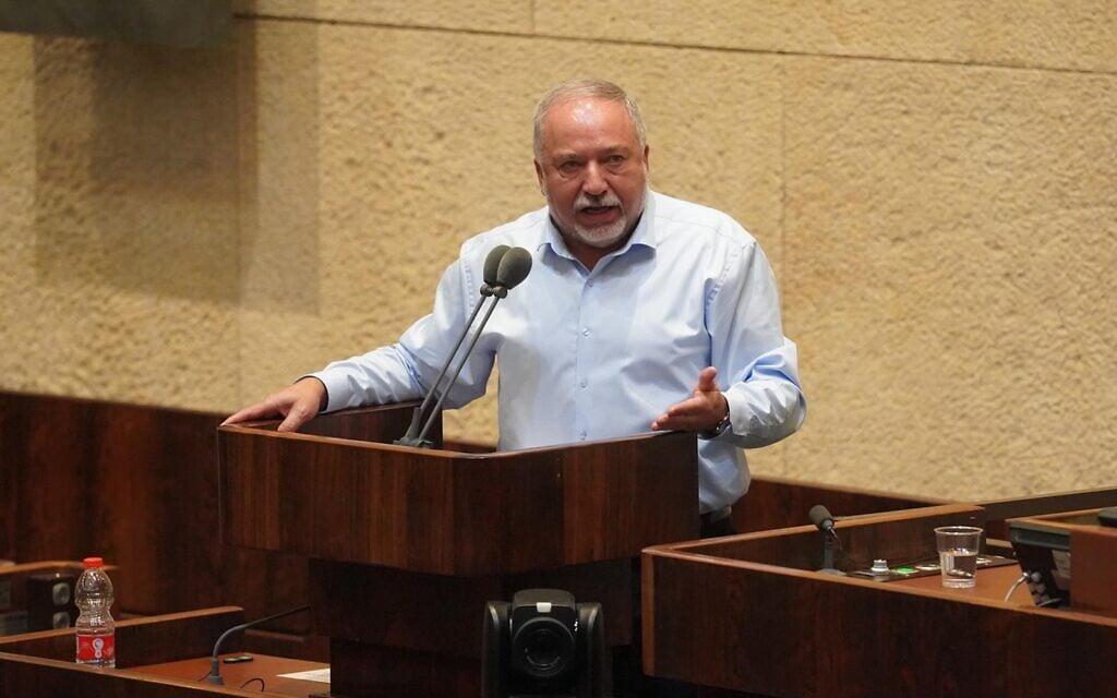 אביגדור ליברמן נואם בכנסת בדיון בנושא תיקון חוק השבות שהציע בצלאל סמוטריץ׳ (צילום: דוברות הכנסת- יהונתן סמייה)