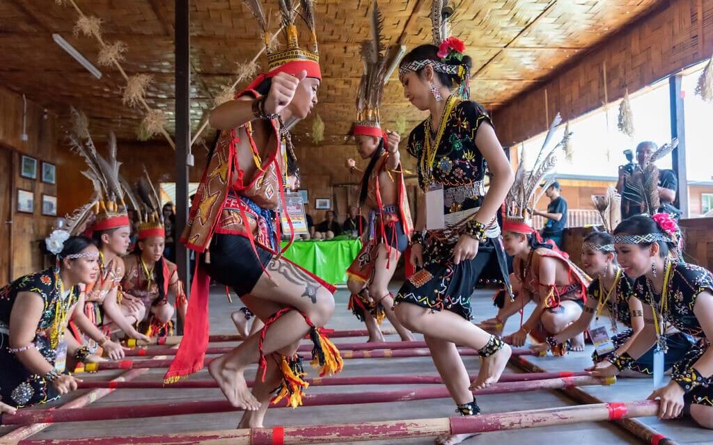 אילוסטרציה, ריקוד ילידי שבטי במלזיה, מאי 2019 (צילום: istockphoto/Cn0ra)