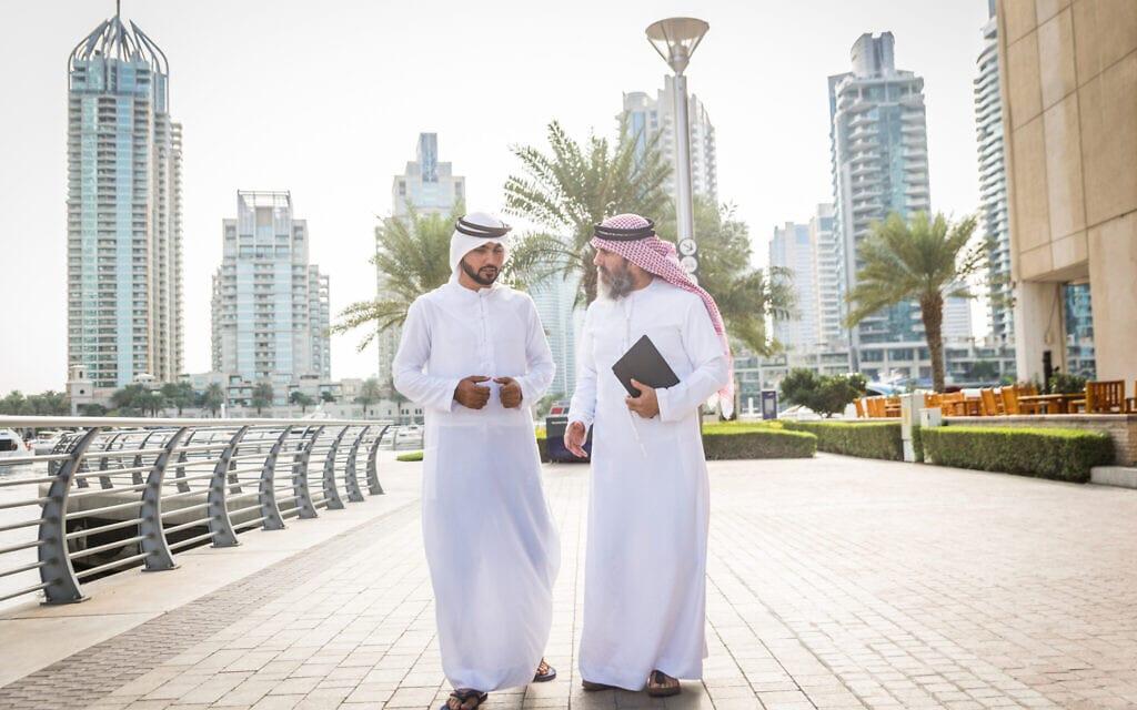 אילוסטרציה: אמירתים לבושים בקנדורה בדובאי (צילום: Diamond Dogs/iStock)