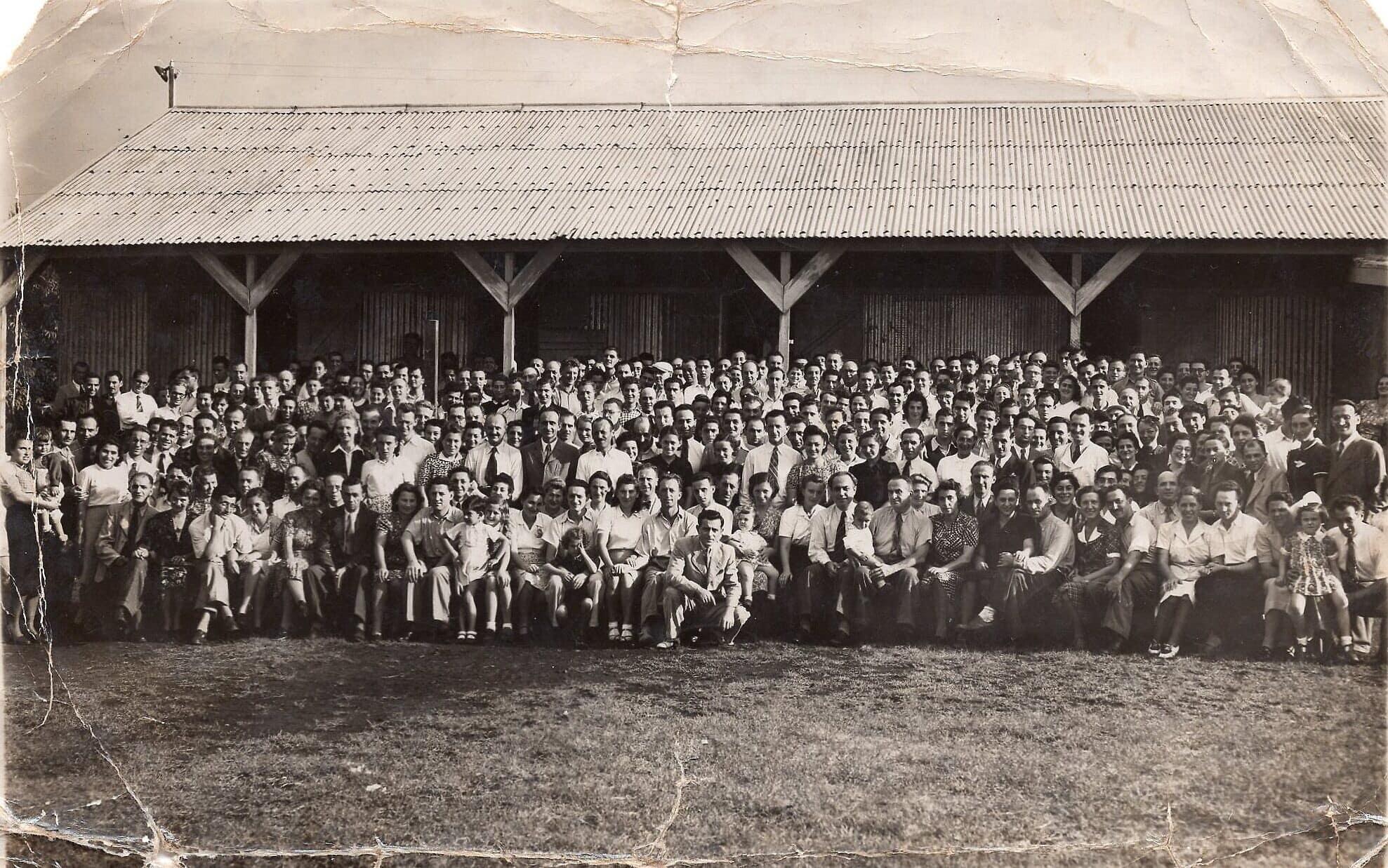 קבוצת עצורים יהודים מצ'כיה בכלא בו-באסין ב-1941 (צילום: באדיבות גדעון איקוביץ')