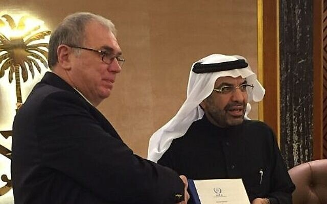 """ראש הסוכנות לאנרגיה אטומית של סעודיה, ד""""ר חאלד א-סולטאן (מימין), וסמנכ""""ל הסוכנות הבינלאומית לאנרגיה אטומית, מיכאיל חודקוב, בריאד, בירת סעודיה, 22 בינואר 2019 (צילום: ט' סקוט/הסוכנות הבינלאומית לאנרגיה אטומית)"""