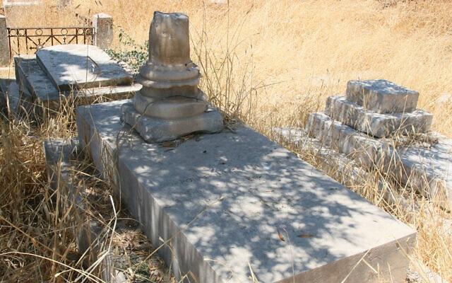 קברו של ג'יימס דנקן, קצין בחיל ההנדסה המלכותי הבריטי שמת ממלריה ב-1860 עם עמוד האבן מתקופת בית שני אשר הושאר שם על ידיו חבריו לחפירות (צילום: שמואל בר-עם)