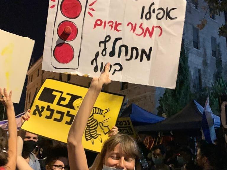 בהפגנות השמאל מרימים שלטים בבלפור: הבן זונה לא יודע .! וזה לא הסתה ? Nashim8