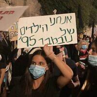 שלט בהפגנה בבלפור (צילום: עומר נחמני)