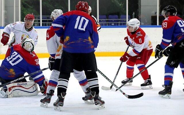 """הנשיאים פוטין ולוקשנקו מציגים """"סולחה"""" במשחק הוקי קרח ידידותי, פברואר 2020 (צילום: ארכיון אתר הקרמלין)"""
