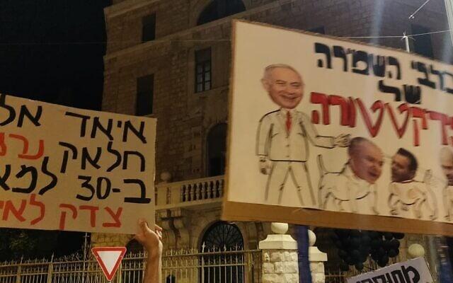 שלט בהפגנה בבלפור (צילום: שרגא טיחובר)