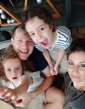 משפחת בירון. ענבל עמית ושתי בנותיהם (צילום: ענבל בירון)