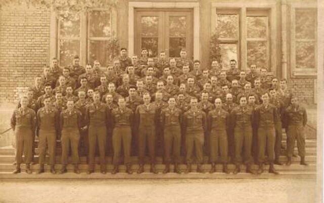 תמונה קבוצתית של היחידה בשלטון הצבאי בגרמניה, אחרי המלחמה. אלכסנדר ברויאר, אביה של המחברת, בשורה השנייה, שישי מימין (צילום: אדיבות הדי אברמוביץ)