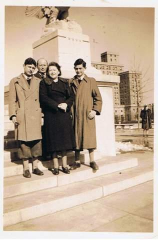אביו של המחברת ומשפחתו ביום הראשון אמריקה, בניו יורק, פברואר 1940. שני הילדים לובשים מכנסיים קצרים – כפי שהיתה האופנה לנערים באותה תקופה (צילום: באדיבות הדי אברמוביץ)