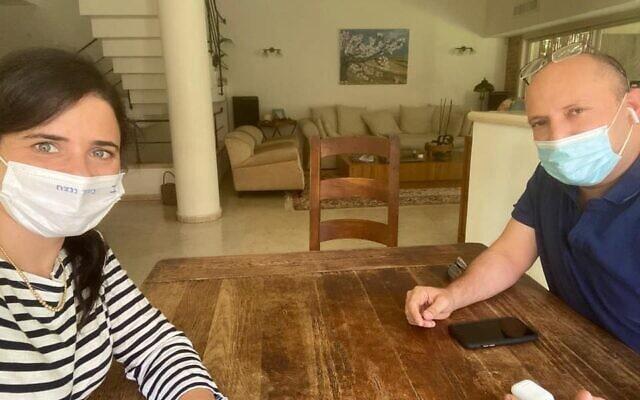 נפתלי בנט ואיילת שקד בפגישת עבודה אחרי שיצאו מבידוד, בתחילת ספטמבר 2020 (צילום: מתוך עמוד הפייסבוק של איילת שקד)