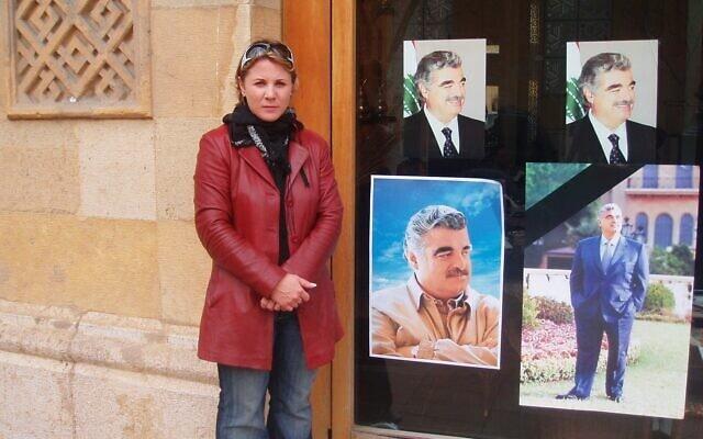 קסניה סבטלובה בביירות, ליד תמונותיו של ראש ממשלת לבנון לשעבר רפיק אל-חרירי (צילום: באדיבות קסניה סבטלובה)