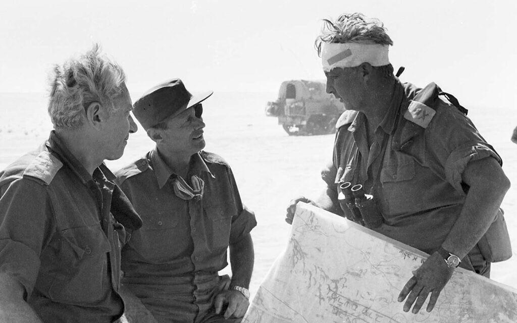 """אריאל שרון, משה דיין וחיים בר-לב במלחמת יום הכיפורים (צילום: דובר צה""""ל)"""