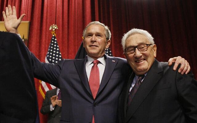 מזכיר המדינה לשעבר הנרי קיסינג'ר עם נשיא ארצות הברית דאז ג'ורג' וו' בוש בעיר ניו יורק, 14 במרץ 2008 (צילום: AP/צ'רלס דרפק)