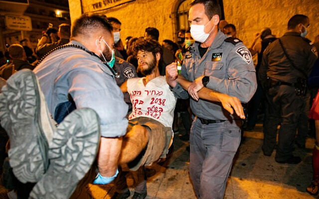 שוטרים מפנים מפגין, שמחה ליד בית ראש הממשלה בירושלים, 20 בספטמבר 2020 (צילום: אוליבייה פיטוסי, פלאש 90)