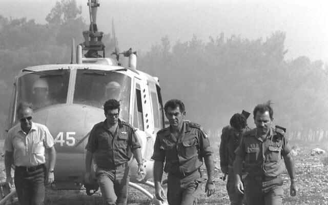 """הרמטכ""""ל דוד אלעזר (דודו) במרכז, ברמת הגולן במהלך מלחמת יום הכיפורים (צילום: ארכיון משרד הביטחון)"""