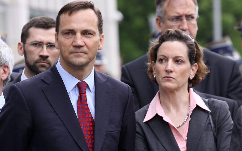 אן אפלבאום ובעלה רדוסלב שיקורסקי, אז שר החוץ של פולין, באתר הנצחה ללוחמי מרד גטו ורשה (צילום: משרד החוץ של פולין)