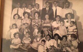 משפחתו של אברהים נונו בתמונה משפחתית שצולמה בשנות ה-50 של המאה ה-20 בבחריין (צילום: באדיבות נונו)