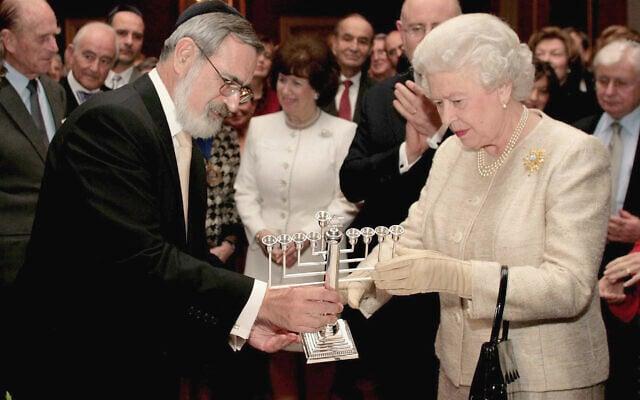 ג'ונתן זקס מעניק חנוכייה למלכה אליזבת, 2006 (צילום: AP Photo/Andrew Parsons, Pool)