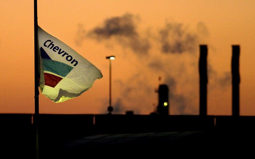 תמונת ארכיון מ-2005: עשן מיתמר מבית זיקוק של שברונטקסקו מקבוצת שברון, בריצ'מונד, קליפורניה. (צילום: AP Photo/Noah Berger, File)