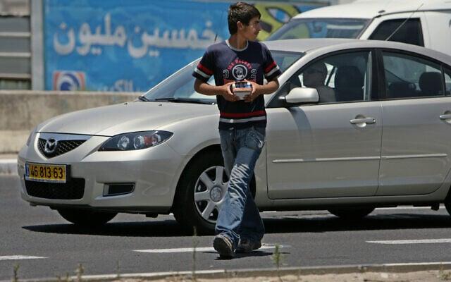 אילוסטרציה, ילד פלסטיני מוכר מצתים בכביש מחוץ לנצרת, ארכיון (צילום: AP Photo/Rachael Strecher)