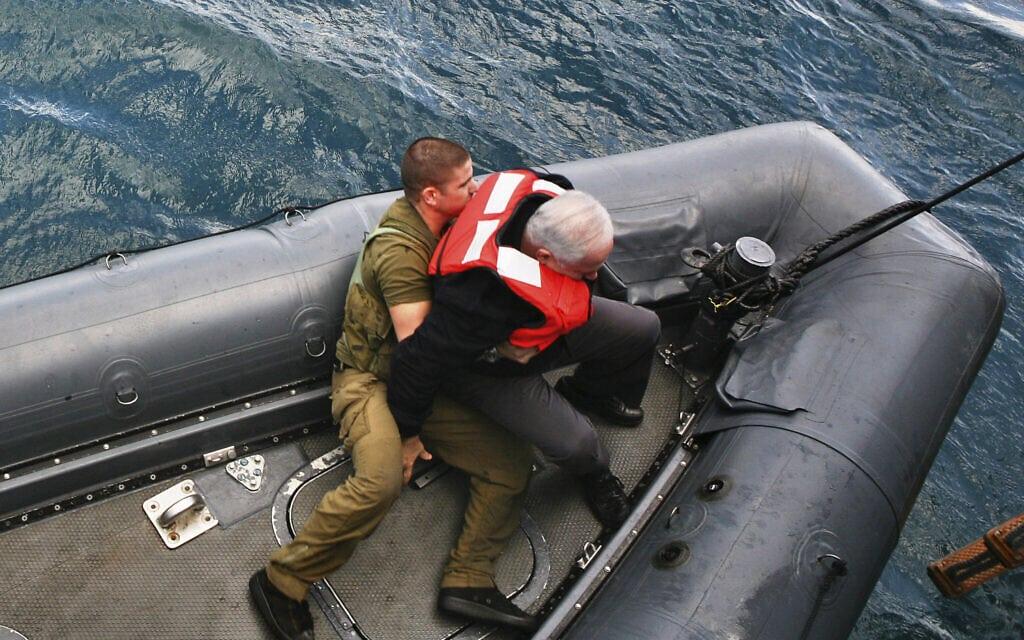 בנימין נתניהו (מימין) נעזר בחייל לאחר שאיבד את שיווי המשקל בעת ביקורו בצוללת בחיפה. תצלום ארכיון נובמבר 2009 (צילום: AP Photo/ Pavel Wolberg, Pool)
