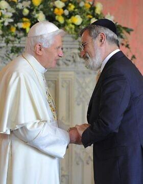 ג'ונתן זקס בפגישה עם האפיפיור בנדיקטוס ה-16, 2010 (צילום: AP Photo/Toby Melville, Pool)