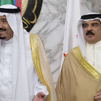 מלך סעודיה סלמאן ומלך בחריין חמד בן עיסא אל-חליפה, במהלך כינוס של מועצת שיתוף הפעולה של מדינות המפרץ בריאד, סעודיה, יום חמישי, 21 באפריל 2016 (צילום: AP/Carolyn Kaster)