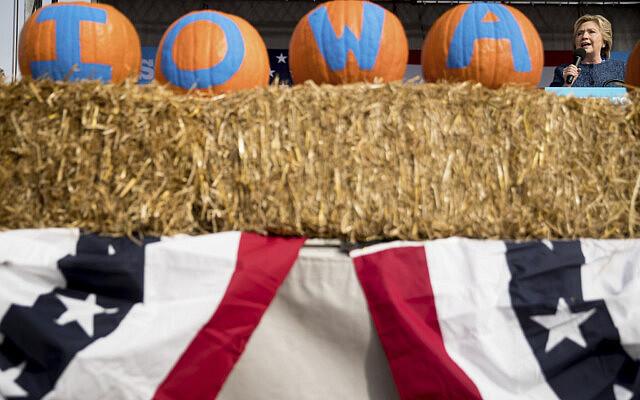 """הילארי קלינטון באיווה במהלך קמפיין הבחירות לנשיאות ארה""""ב, ב-28 באוקטובר 2016 (צילום: AP Photo/Andrew Harnik)"""
