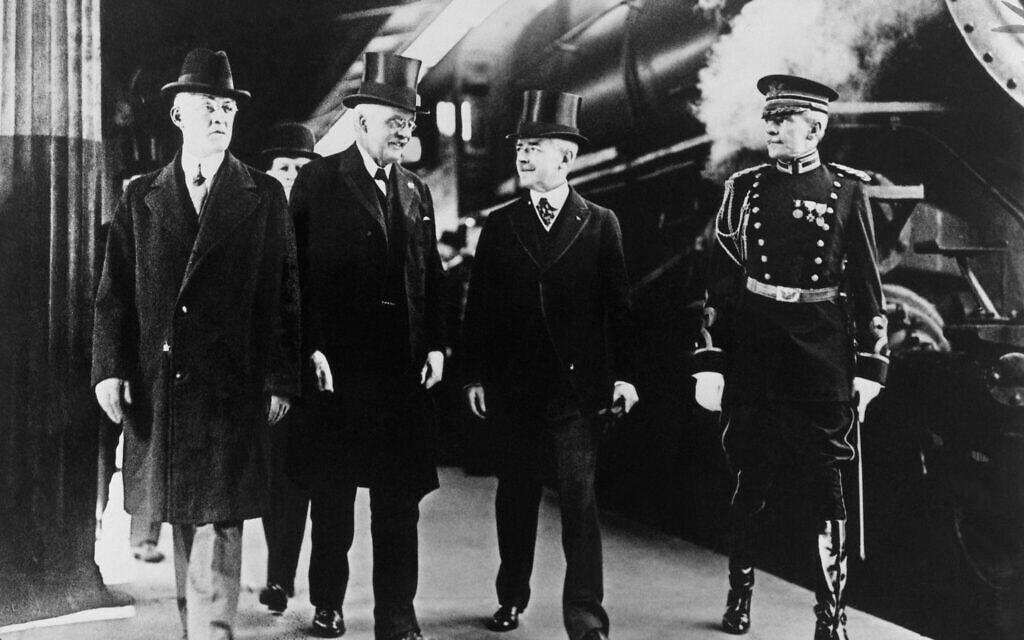 16 יום לאחר כניסת ארצות הברית למלחמת העולם הראשונה, הוועדה העליונה הבריטית בראשות בלפור (שני משמאל) הגיעה לוושינגטון כדי לדון בחלק שמילאה ארצות הברית בדרמה העקובה מדם, 1917 (צילום: AP)