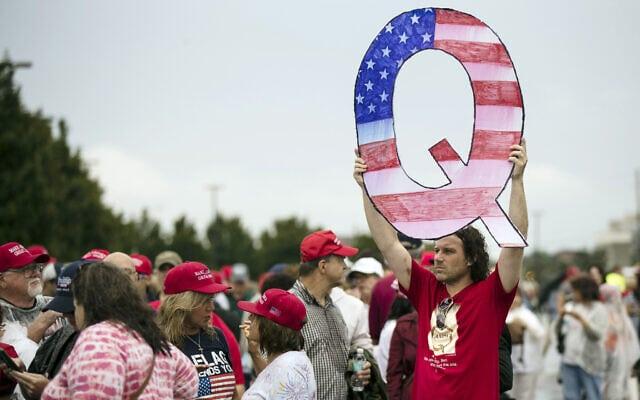 תומך טראמפ עם שלט של QAnon ממתין להיכנס לכנס פוליטי עם הנשיא בפנסילבניה, אוגוסט 2018 (צילום: AP Photo/Matt Rourke)