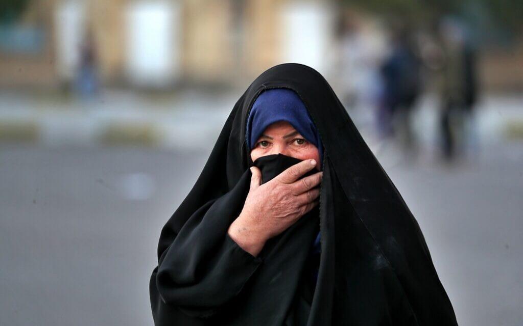 מפגינה נגד השלטונות בעיראק, ינואר 2020 (צילום: AP Photo/Khalid Mohammed)