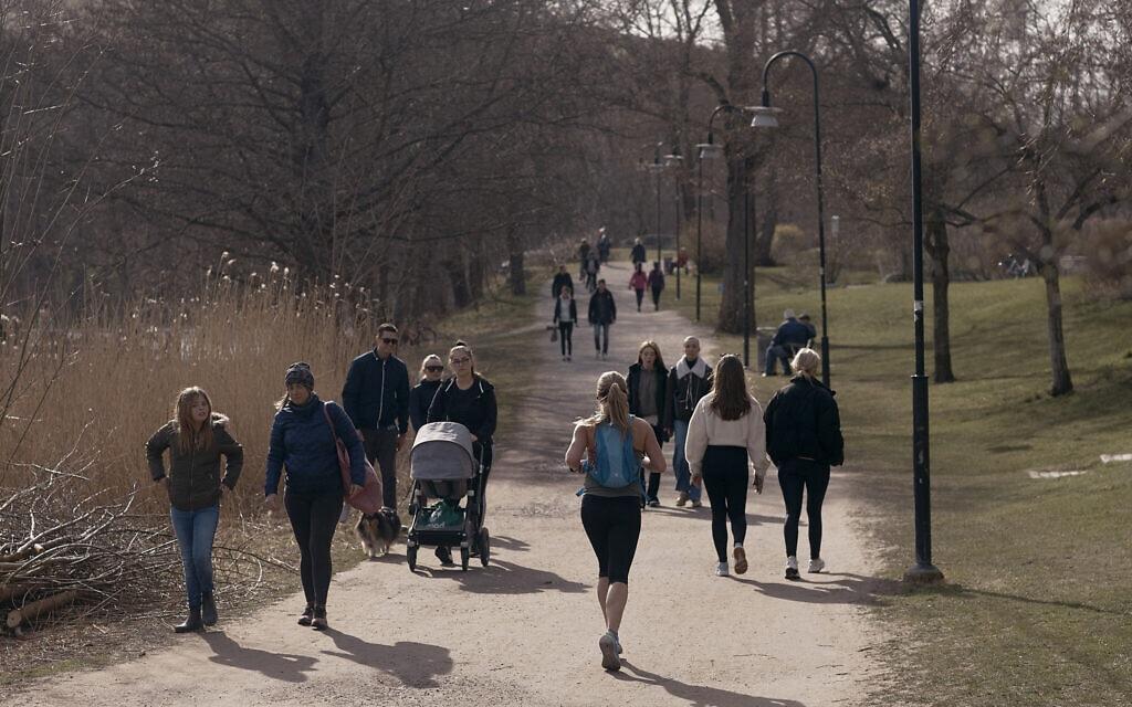 עידן הקורונה בשוודיה: אנשים רצים והולכים בפאתי שטוקהולם, 8 באפריל 2020 (צילום: AP Photo/Andres Kudacki)