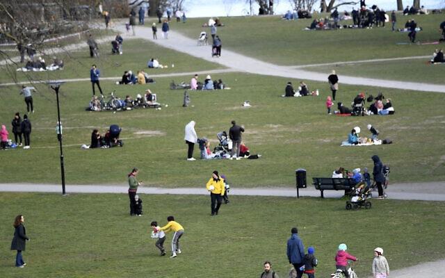 עידן הקורונה בשוודיה: אנשים מבקרים בפארק בשטוקהולם, 18 באפריל 2020 (צילום: Fredrik Sandberg/TT via AP)