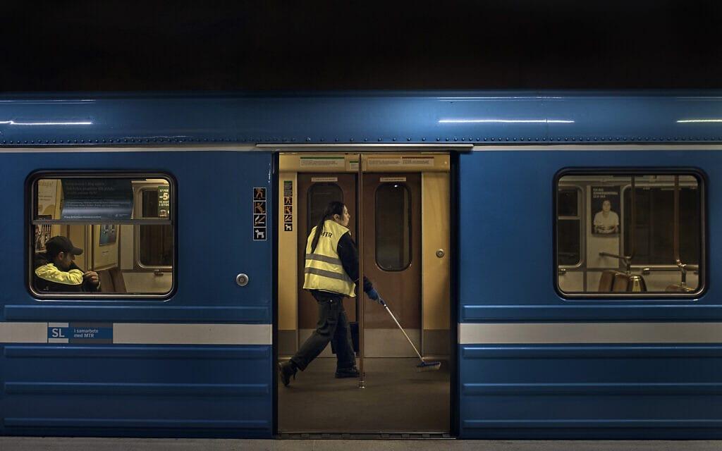 עידן הקורונה בשוודיה: עובד מנקה את הרכבת התחתית בשטוקהולם, 28 באפריל 2020 (צילום: AP Photo/Andres Kudacki)